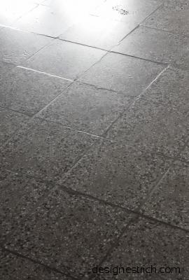 alter Terrazzoplattenbelag vor dem Schleifen